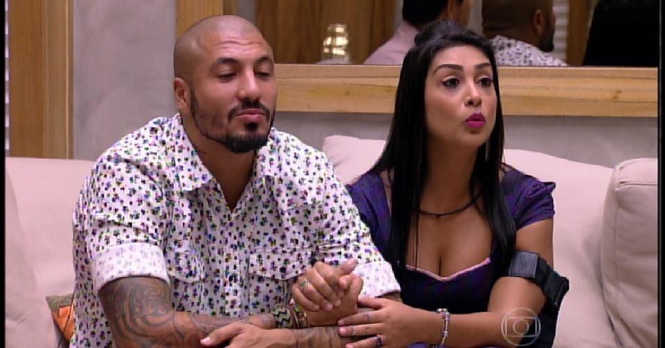 5.abr.2015 - Pedro Bial fala com o casal emparedado, Fernando e Amanda