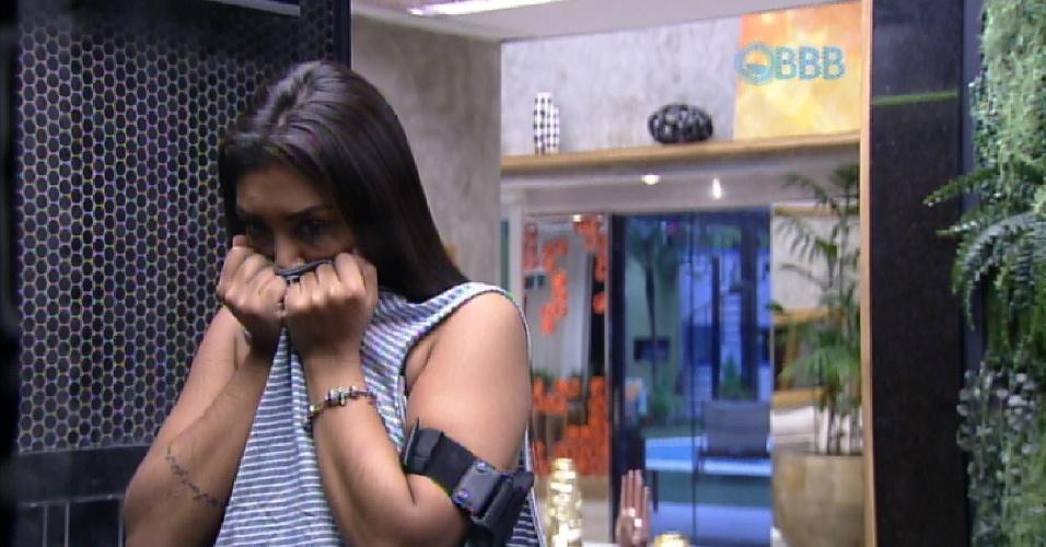 """5.abr.2015 - Amanda, uma das finalistas do """"BBB15"""" ao lado de Cézar, cheira a camisa de Fernando, com a qual dormiu na noite passada"""