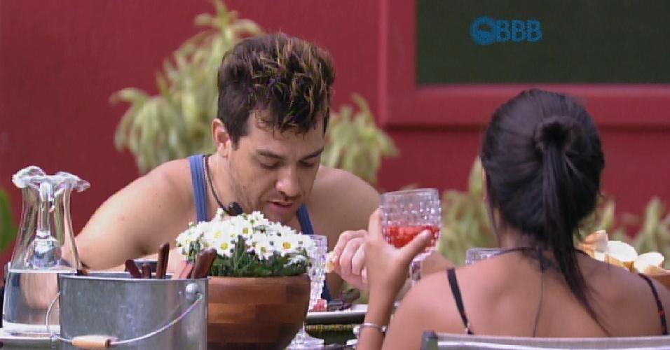 """5.abr.2015 - Animado com a sua participação no reality show, Cézar diz, durante o almoço desta quarta-feira, estar interessado em continuar confinado: """"Acho que vou querer vir no 16"""""""