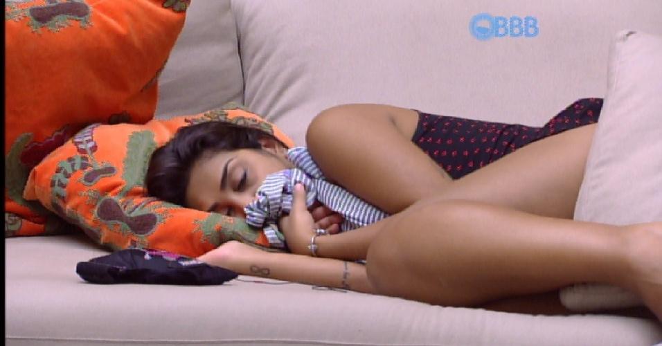 5.abr.2015 - Com saudades de Fernando, Amanda se enrola em uma blusa deixada pelo amado e dorme sentindo o cheiro dele, na tarde desta segunda-feira