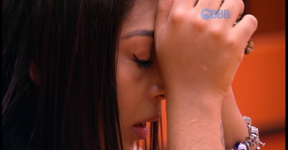 """5.abr.2015 - Uma das finalistas do """"BBB15"""", ao lado de Cézar, Amanda se concentra e reza por alguns segundos. Quando termina, a sister beija o terço e guarda o objeto"""