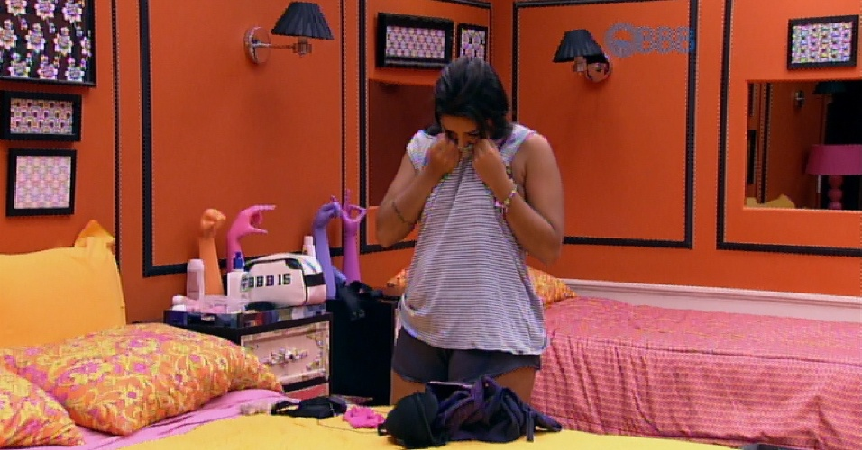 6.abr.2015 - Amanda veste a camiseta que Fernando deixou para ela na casa e a sister sente o cheiro dele na peça de roupa