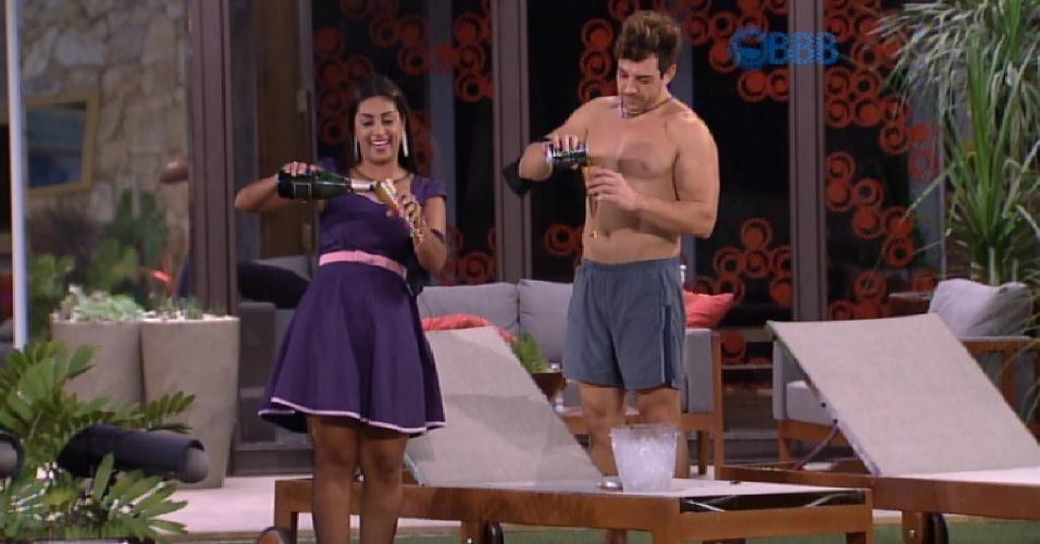 6.abr.2015 - Produção surpreende os dois finalistas do reality show com um espumante, mas Cézar prefere brindar com refrigerante