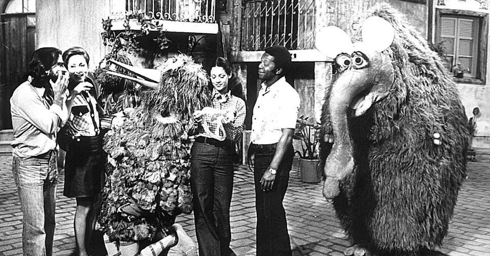 """Armando Bogus, Aracy Balabanian, Sônia Braga e Milton Gonçalves, com os bonecos Garibaldo e Funga-Funga durante o programa infantil """"Vila Sésamo"""""""