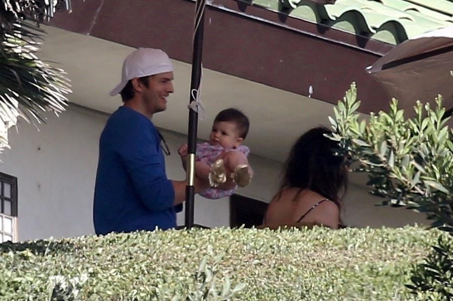 Ashton Kutcher e Mila Kunis apresentam a filhinha, Wyatt, a amigos em uma festa cheia de celebridades em Malibu