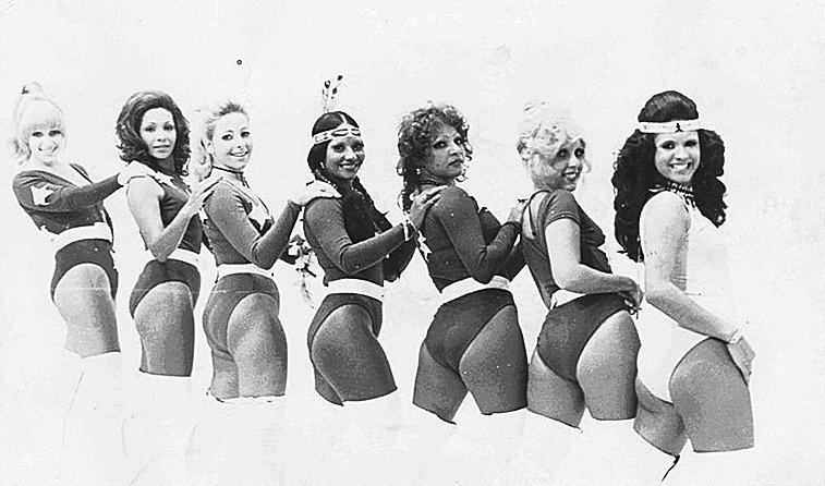 """CHACRETES - As dançarinas de palco dos programas do Chacrinha, as """"chacretes"""", eram um show a parte com suas roupas e danças sensuais. Tinham apelidos dados pelo velho guerreiro e interagiam com os convidados. Índia Potyra e Rita Cadilac ficaram mais famosas. O júri do programa não era menos excêntrico. Elke Maravilha e José Fernandes interpretavam papéis, ela de a boazinha e ele o carrancudo"""