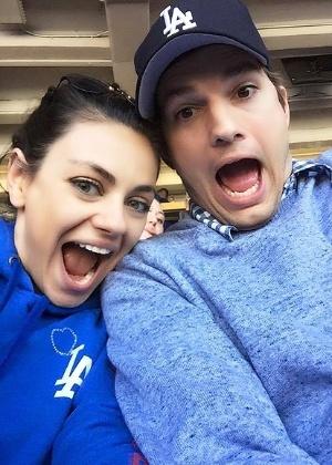 07.abr.2015 - Ashton Kutcher e Mila Kunis assistem jogo de beisebol juntos - Reprodução/ Facebook/ Ashton