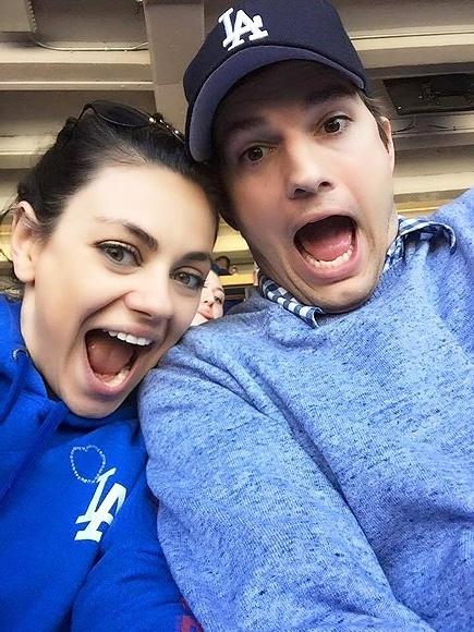 07.abr.2015 - Empolgados com jogo de beisebol, Ashton Kutcher e Mila Kunis compartilham selfie divertida, torcendo e usando as cores do Dodgers, time do qual são fãs há bastante tempo. O casal já foi a várias partidas juntos.
