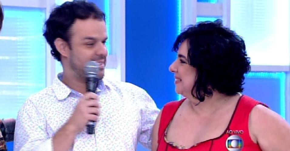 """7.abr.2015 - Adrilles reencontra Mariza durante participação no """"Encontro com Fátima Bernardes"""""""