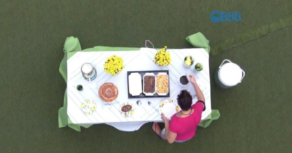 """7.abr.2015 - Amanda e Cézar, os dois finalistas do """"BBB15"""", ganharam um almoço caprichado na tarde desta terça-feira"""