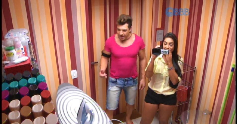 7.abr.2015 - Amanda e Cézar recebem câmera para filmar o último dia de confinamento