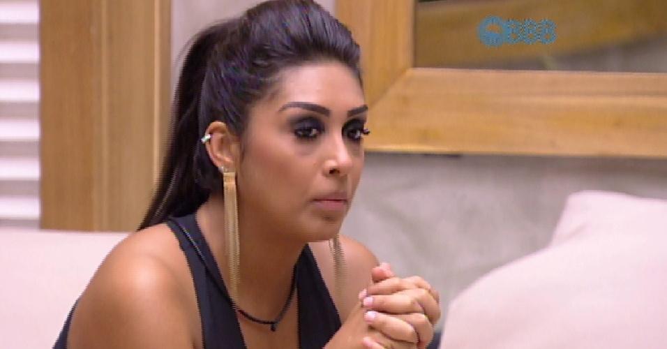 7.abr.2015 - Amanda fica séria ao ver beijo de Fernando e Aline sendo exibido no telão