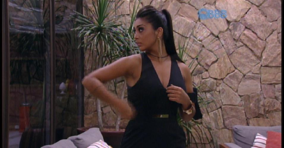 """7.abr.2015 - Amanda termina produção e diz para Cézar: """"Como eu entrei"""""""
