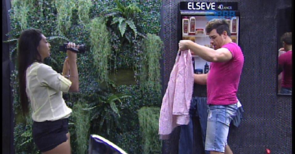 7.abr.2015 - Brother continuam filmando a casa e Amanda mostra a roupa escolhoda por Cézar para a final