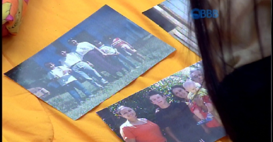 7.abr.2015 - Brother continuam filmando a casa e Amanda mostra as fotos da família do Cézar, que ele recebeu no café da manhã desta terça