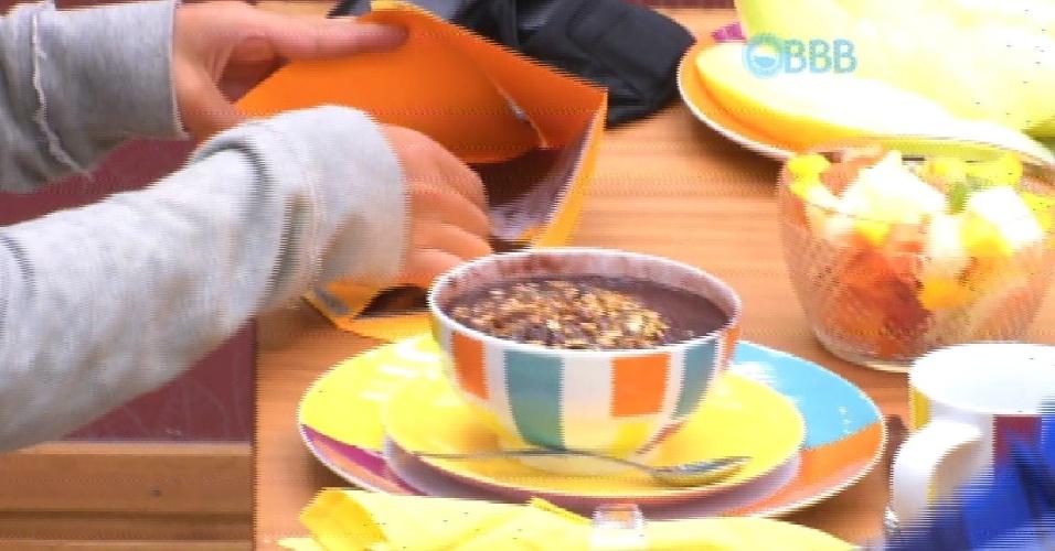 """7.abr.2015 - Cézar e Amanda chegam à área interna da casa, na manhã desta terça-feira, e são surpreendidos com mesa de café da manhã. Amanda logo comemora: """"Aaaai! E eu só queria um pão com manteiga"""""""
