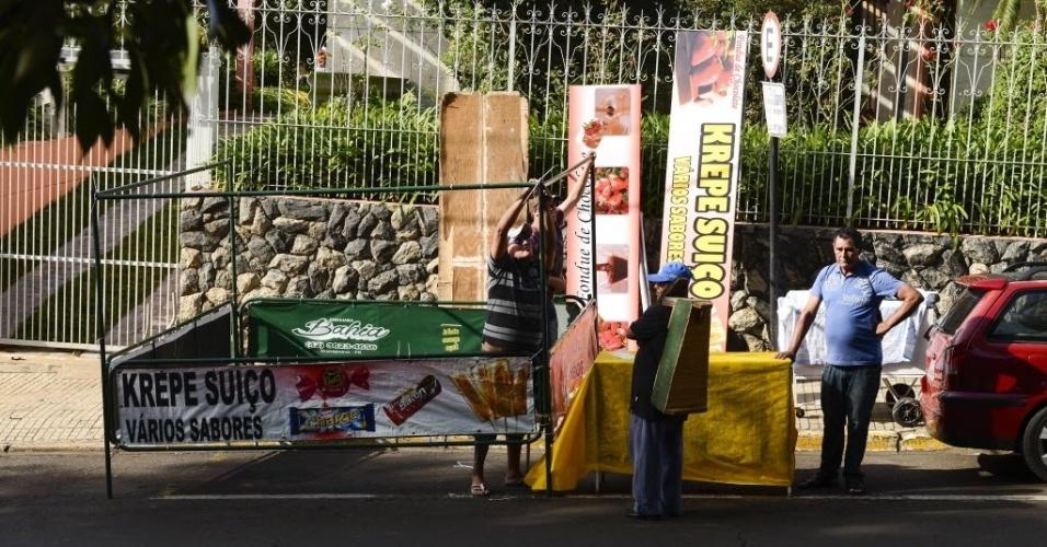 "7.abr.2015 - Comerciantes de Guarapuava se preparam para a festa da final do ""BBB15"""