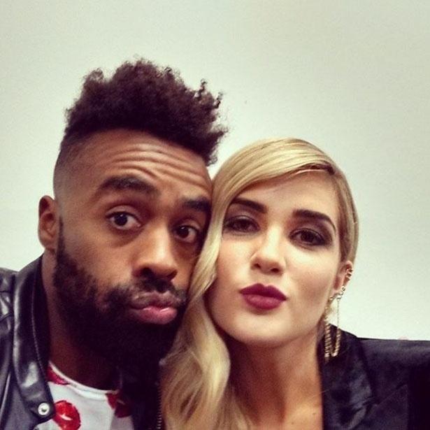 """7.abr.2015 - Douglas posta foto com Aline e manda recado para Fernando: """"Perdeu playboy ! Pego na carencia ... Parcerinha linda @alinegoficial!"""""""