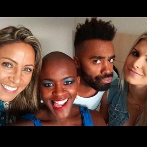 """7.abr.2015 - Douglas postou em seu Instagram uma foto com as ex-BBBs Francieli, Angélica e Julia no hotel. """"Socorro invadiram meu quarto!"""