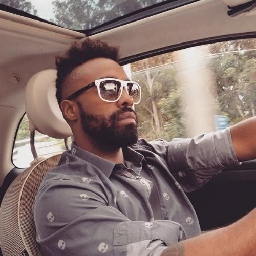 7.abr.2015 - Douglas postou uma foto na qual aparece cheio de estilo enquanto dirige, com óculos escuros e camisa social com estampas de caveiras