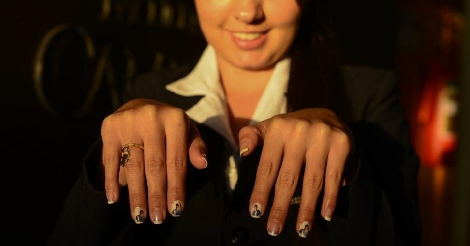 7.abr.2015 - Em Guarapuava, Juliana de Fátima Ochinski, 24 anos, exibe suas unhas personalizadas com foto do finalista Cézar Lima