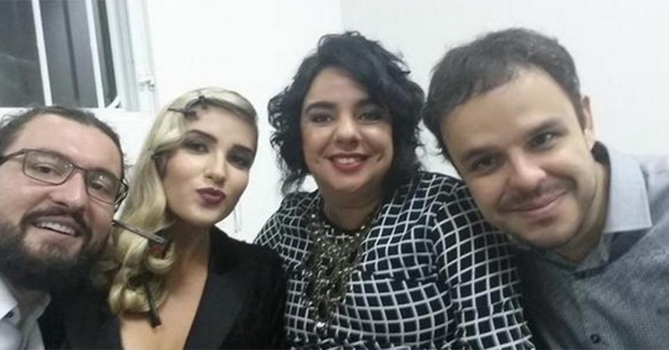 """7.abr.2015 - Marcos postou no Twitter uma foto com Aline, Mariza e Adrilles enquanto aguardam a final do """"BBB"""", no Projac."""