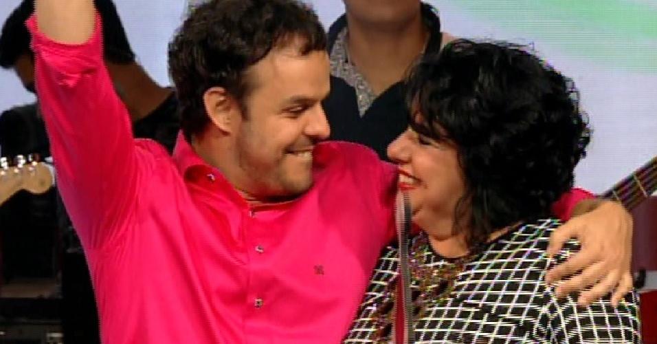 7.abr.2015 - Mariza e Adrilles ganham o prêmio de 'amizade verdadeira' do reality
