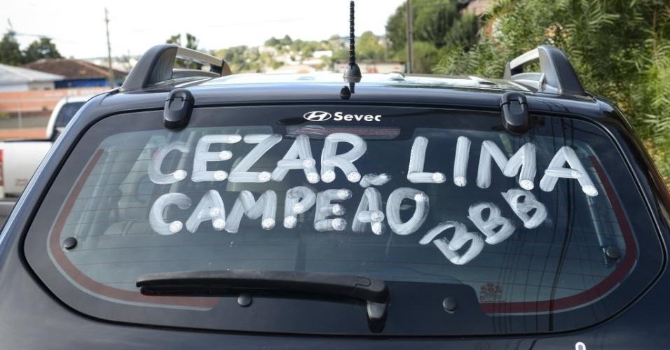 7.abr.2015 - Moradores de Guarapuava usam até o carro para mostrar apoio a Cézar