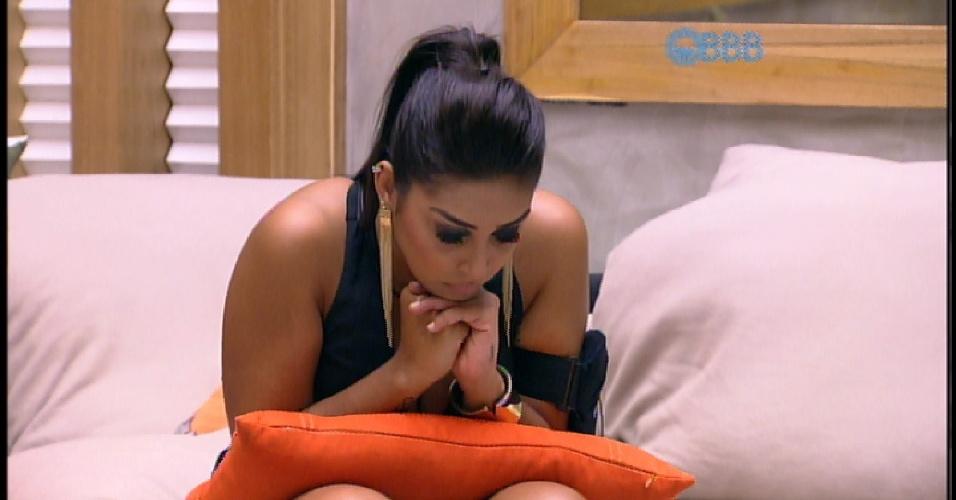"""7.abr.2015 - Nervosa com a aproximação da final do """"BBB15"""", Amanda se concentra na sala e espera pelo contato de Pedro Bial"""