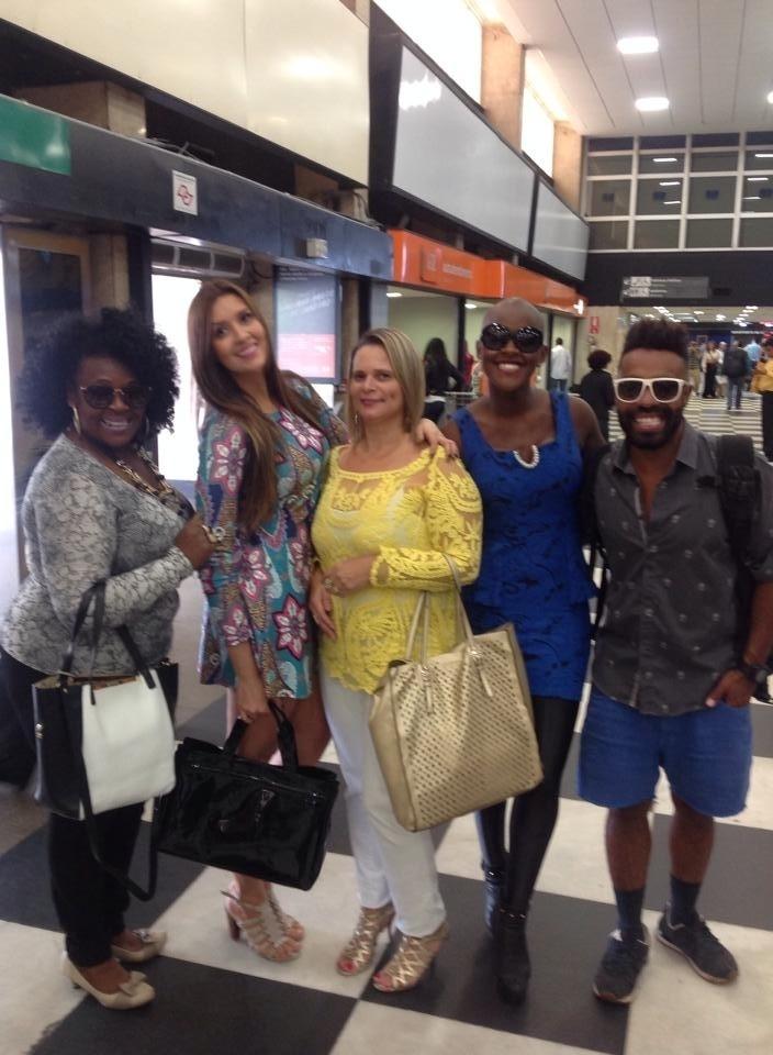 7.abr.2015 - No aeroporto de Congonhas, em São Paulo, os ex-BBBs Angélica, Tamires e Douglas tiram fotos juntos. Angélica mostra o encontro para os fãs em seu Facebook