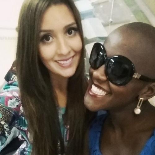 7.abr.2015 - Tamires faz selfie com Angélica no aeoporto em São Paulo, antes de embarcar no avião com destino para o Rio de Janeiro