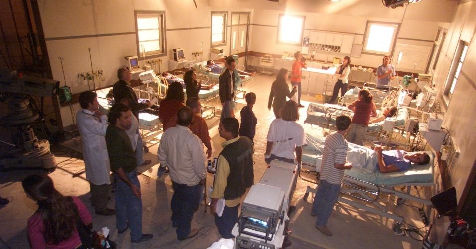 """Cenário que imita o CTI do hospital Miguel Couto, do Rio de Janeiro, é preparado para as gravações de cena da novela """"Mulheres Apaixonadas"""", da TV Globo (2003)"""