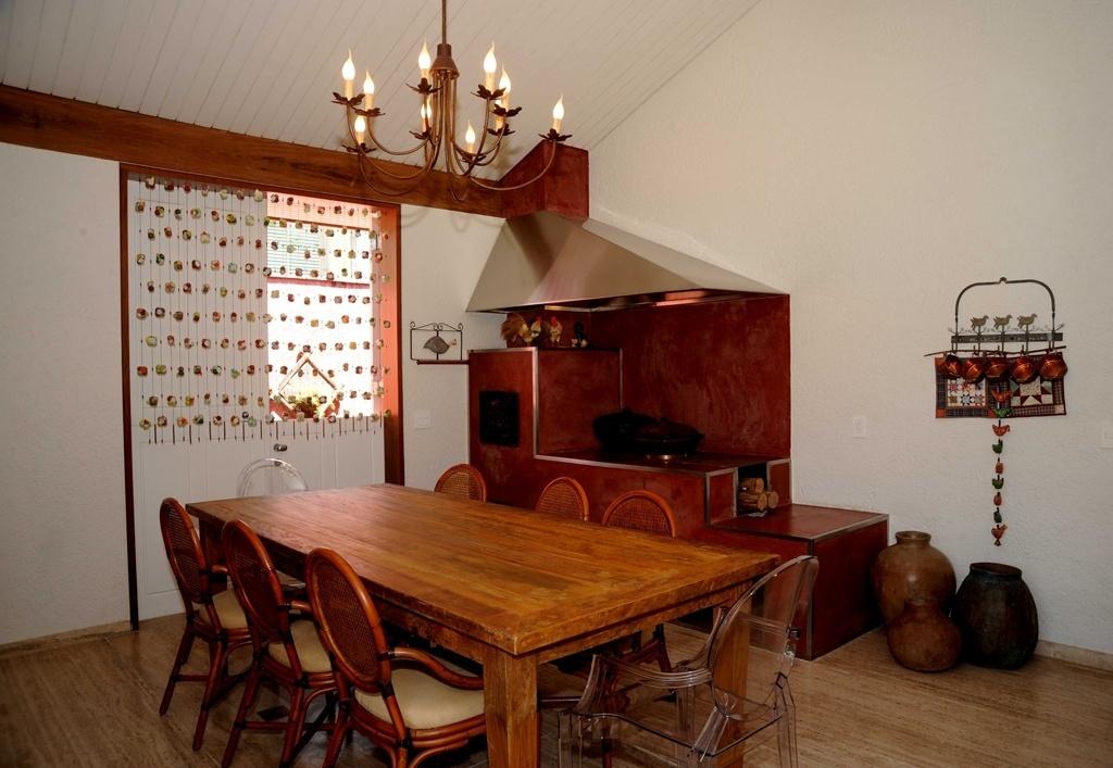 A sala de almoço com 20,5 m² ganhou função de cozinha com o fogão a lenha. A ideia da designer Viviane Magri Dinamarco foi criar um espaço