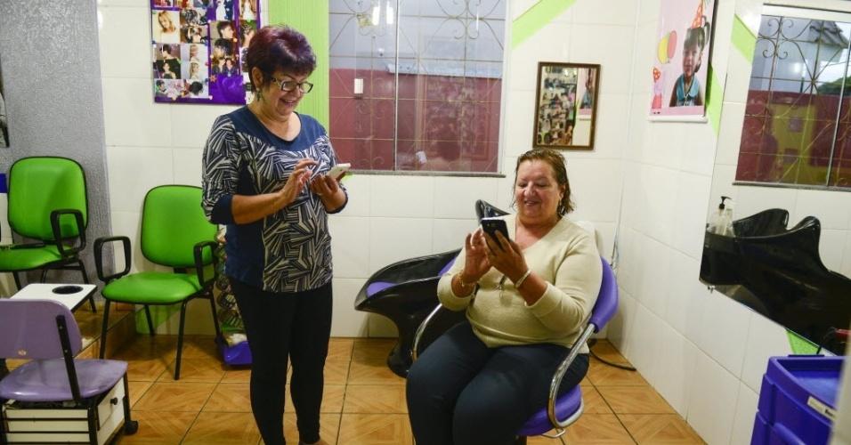 7.abr.2015 -  Nilba Feo e Nilza Pawlass votam por Cézar em salão de beleza de Guarapuava