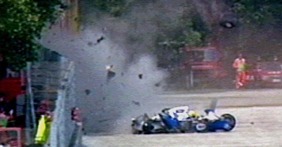 o piloto Ayrton Senna, da equipe Williams, bate seu carro na curva Tamburello causando sua morte, durante o GP de San Marino, em Ímola (Itália)