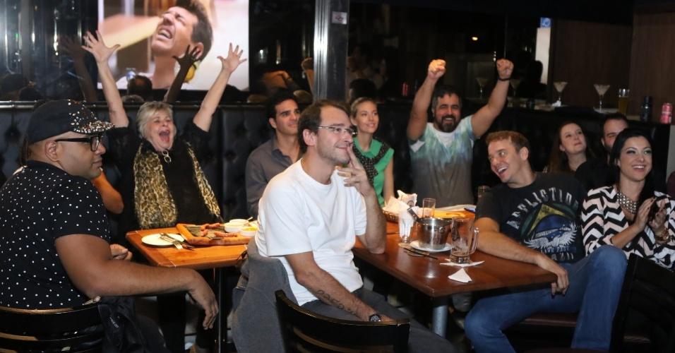 "07.abr.2015 - Ex-BBBs se reúnem para assistir a final do ""BBB15"""
