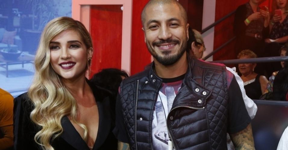 7.abr.2015 - Aline e Fernando tiram foto juntos durante a final