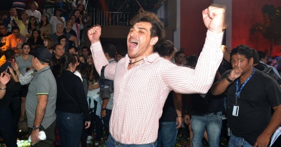 7.abr.2015 - Após ser entrevistado por Bial, Cézar se ajoelha e comemora vitória