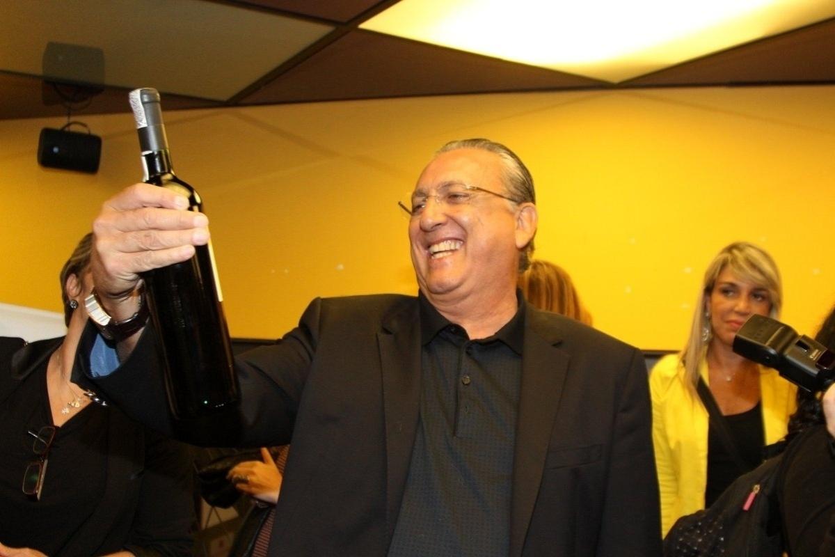 7.abr.2015 - Galvão Bueno ganha uma garrafa de vinho no lançamento de seu livro autobiográfico,