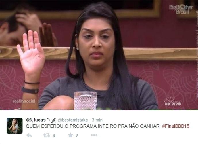 7.abr.2015 - Internautas brincam com o resultado esperado e mostram Amanda aguardando o fim do programa para receber o prêmio de segundo lugar