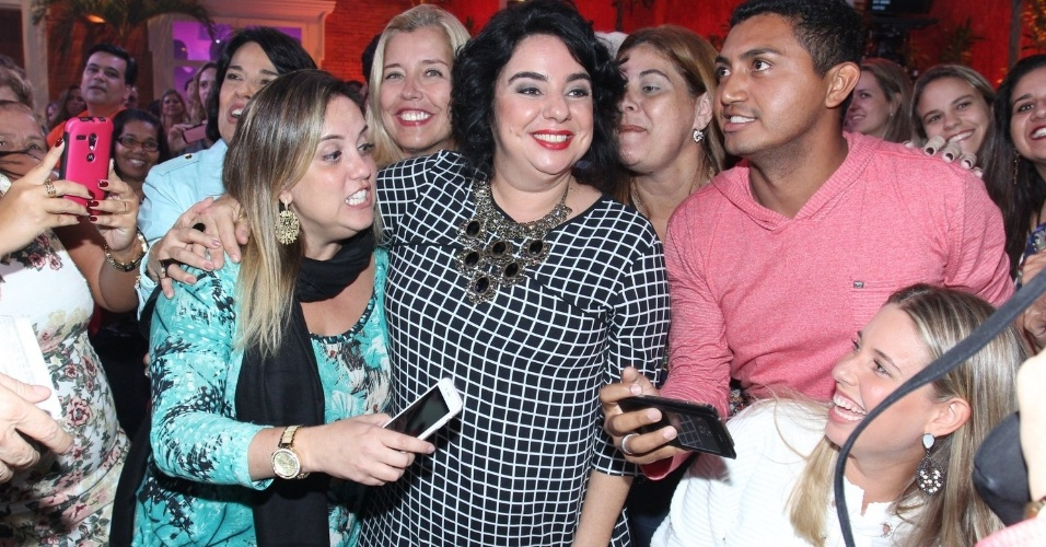 7.abr.2015 - Mariza recebe o carinho dos fãs durante a final