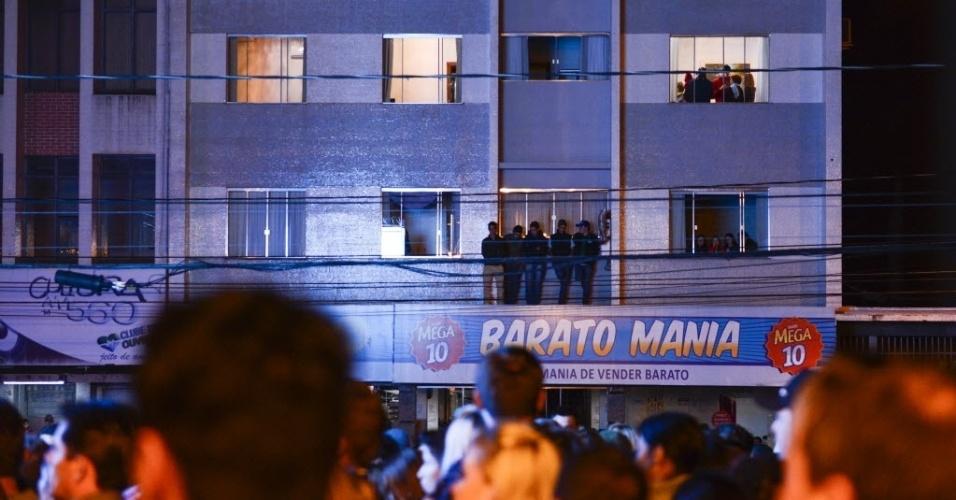 """7.abr.2015 - Moradores de prédio no entorno da Praça 9 de Dezembro, em Guarapuava, acompanham a final do """"BBB15"""" organizada por TV local"""