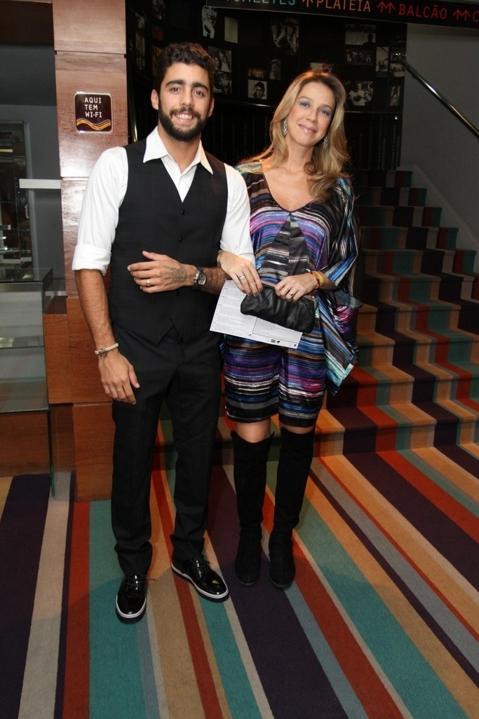 7.abr.2015 - O casal Pedro Scooby e Luana Piovani prestigia a 9ª edição do Prêmio Zilka Sallaberry de Teatro Infantil, no Teatro Oi Casa Grande, no Rio de Janeiro, nesta terça-feira