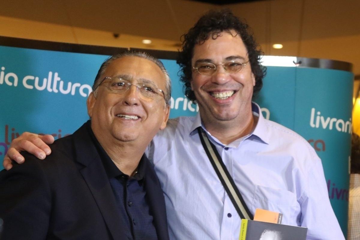 7.abr.2015 - O comentarista esportivo Casagrande cumprimenta Galvão Bueno no lançamento do livro autobiográfico,