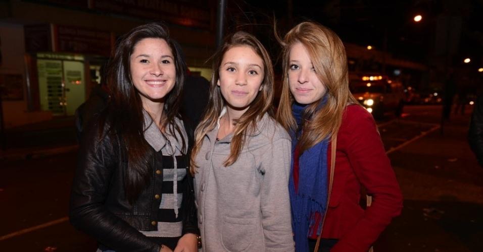 """7.abr.2015 - Pamela Santana, Isabela da Silva e Elisa Laduniak acompanharam a final do """"BBB15"""" na Praça 9 de Dezembro"""