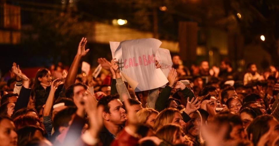 """7.abr.2015 - Em meio à multidão na Praça 9 de Dezembro, em Guarapuava, cartaz lembra bordão de Amanda no """"BBB15"""": """"Calaboca"""""""