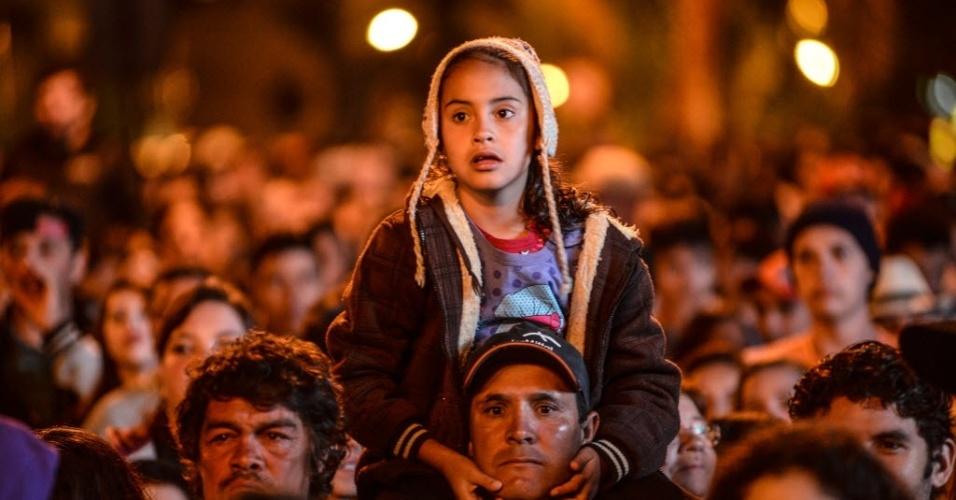 """7.abr.2015 - População de Guarapuava acompanha final do """"BBB15"""" na Praça 9 de Dezembro, no centro da cidade"""