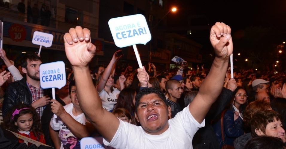 """7.abr.2015 - População de Guarapuava comemora vitória de Cézar no """"BBB15"""" na praça 9 de Dezembro, no centro da cidade"""