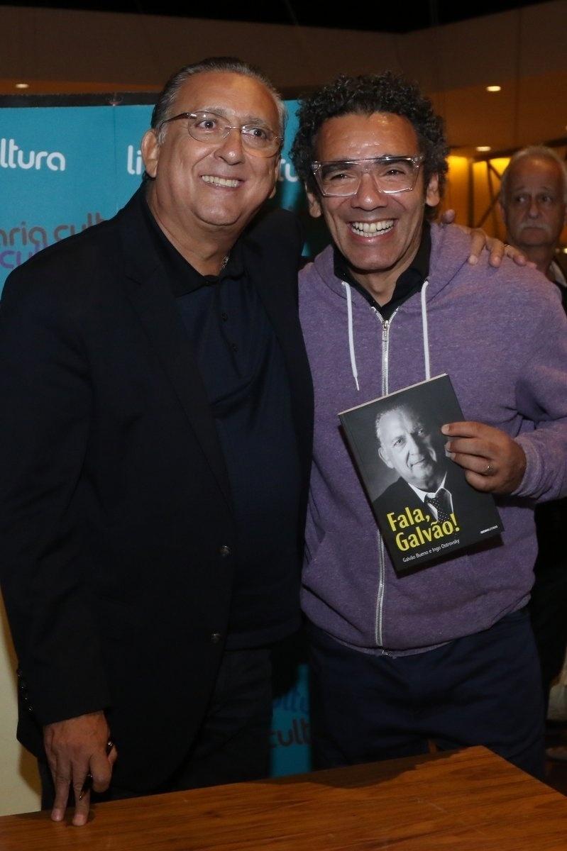 7.abr.2015 - Simoninha abraça Galvão Bueno no lançamento do livro autobiográfico,