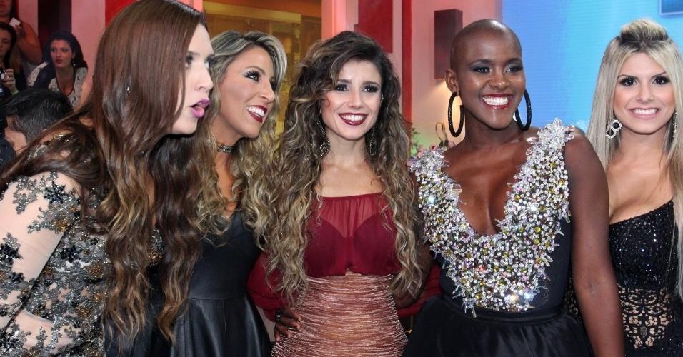 7.abr.2015 - Tamires, Fracieli, Angélica e Júlia tiram foto com Paula Fernandes